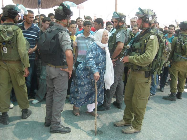 israeli_soldiers_and_palestinian_old_woman